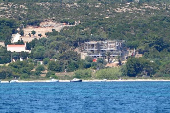 Carloforte, Taccarossa, cantiere edilizio sul mare (giugno 2015)