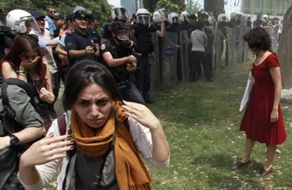 """Istanbul, Gezy Park, Ceyda Süngür, la """"donna in rosso"""", cerca di parlare con la Polizia (2013)"""