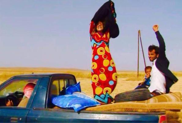 Siria, Rojava, donna siriana si libera dal velo (giugno 2015)
