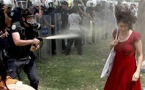 """Istanbul, Gezy Park, il poliziotto Fatih Zengin """"risponde"""" con il gas urticante (2013)"""