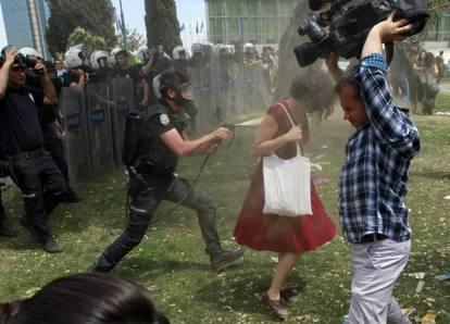 Istanbul, Gezy Park, il poliziotto Fatih Zengin irrora a fondo Ceyda Süngür con il gas urticante (2013)