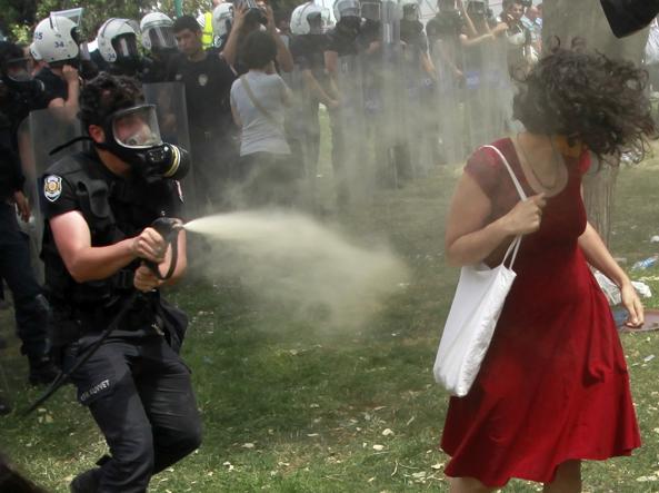 Istanbul, Gezy Park, il poliziotto Fatih Zengin insiste con il gas urticante (2013)