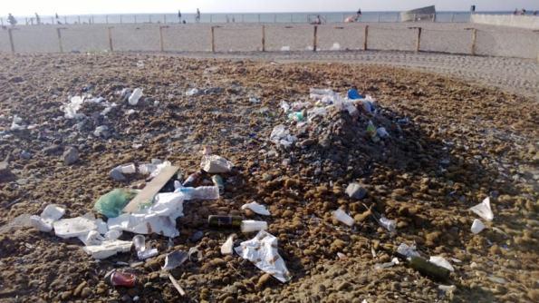 Cagliari, Poetto, accumulo di Posidonia e rifiuti