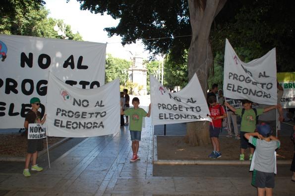 Cagliari, sit in contro il progetto Saras dei indagini energetiche ad Arborea (1 luglio 2015)
