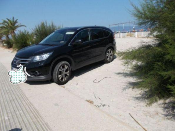Cagliari, Poetto, automobile parcheggiata sulla sabbia