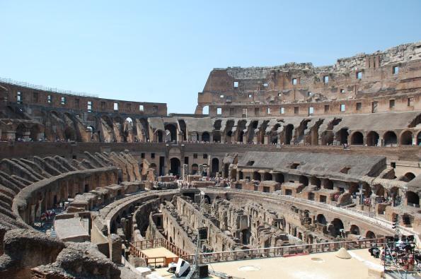 Colosseo, interno. Immaginiamo per un solo momento che cosa vorrebbe dire per noi italiani perderlo...