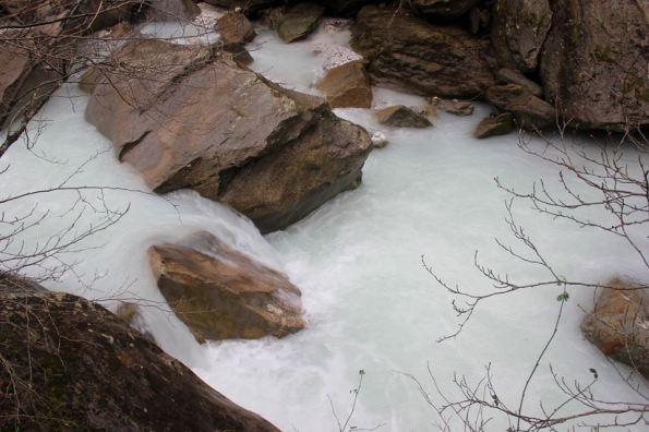 Alpi Apuane, marmettola in un corso d'acqua