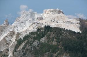 Seravezza, la cava delle Cervaiolei da Passo Croce. Il Picco Falcovaia non esiste più