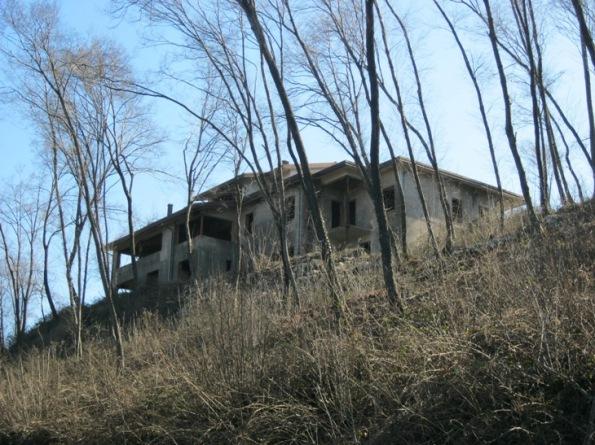 S. Germano dei Berici, sentiero dei Curii e della Lupia, casa lasciata incompiuta affacciata alla valle