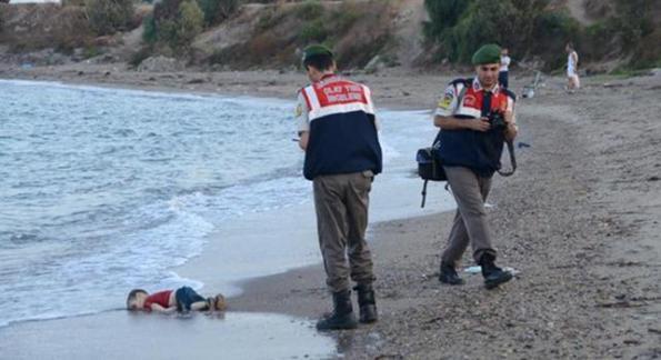 Bodrum (Turchia), Aylan, bambino in fuga dalla guerra annegato