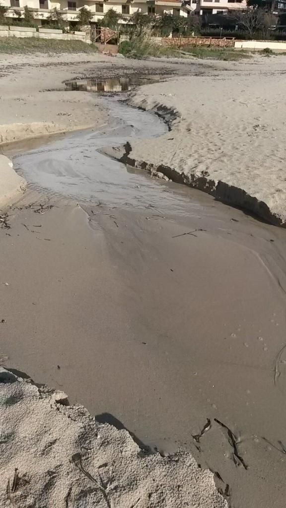 Golfo Aranci, Terza spiaggia, scarico di natura ignota (agosto 2015)