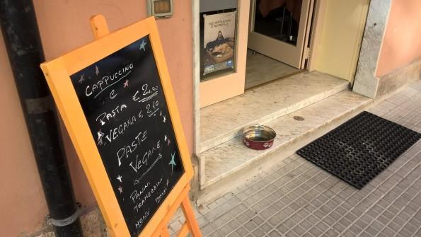 Cagliari, Sissi Caffè, ciotola per cani e gatti
