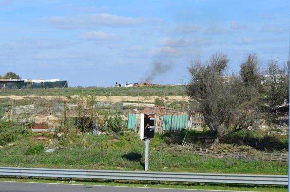 Cagliari, campo nomadi abusivo, rogo di rifiuti (15 novembre 2015)