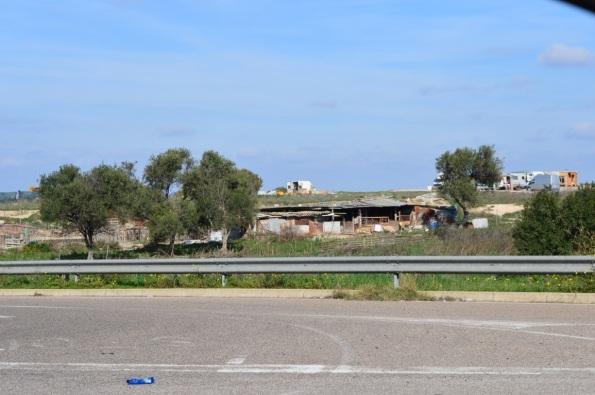 Cagliari, campo nomadi abusivo, scarico di rifiuti da un furgone (15 novembre 2015)