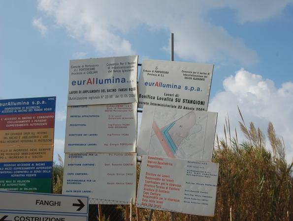 """Portoscuso, zona industriale di Portovesme, cartelli bonifica bacino """"fanghi rossi"""""""