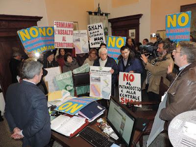 Sulmona, i cittadini occupano l'ufficio del sindaco (28 dicembre 2015)
