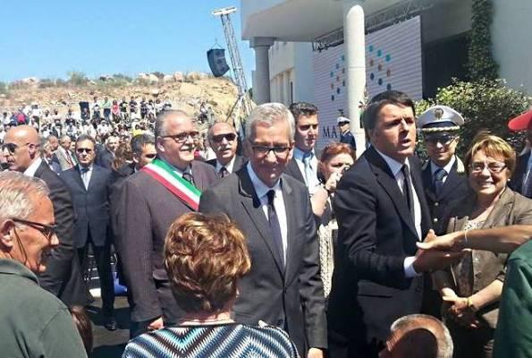 Olbia, il Presidente del Consiglio Matteo Renzi e il Presidente della Regione autonoma della Sardegna Francesco Pigliaru inaugurano il cantiere del Mater Olbia (28 maggio 2015, foto Tiscali Notizie)
