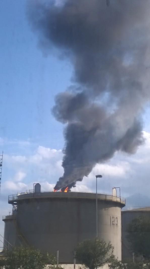 Sarroch, impianti Gruppo Saras s.p.a., fumo nero (23 dicembre 2015) bis