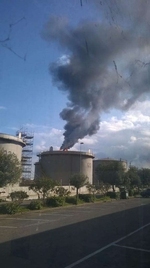 Sarroch, impianti Gruppo Saras s.p.a., fumo nero (23 dicembre 2015)
