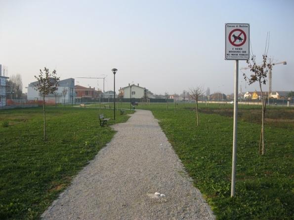 Mestrino, parco comunale con cartello di divieto di accesso per i Cani