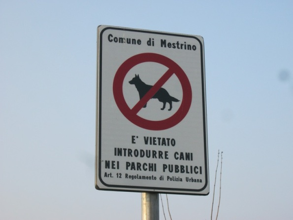Mestrino, cartello di divieto di accesso nei parchi per i Cani