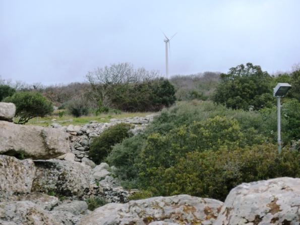 Serri, pala eolica vista dall'area archeologica di S. Vittoria