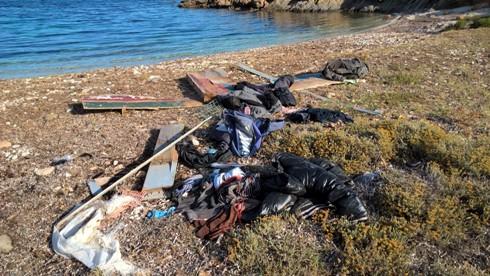 Sardegna, costa sud, abbigliamento e resti di imbarcazione (25 giugno 2016)