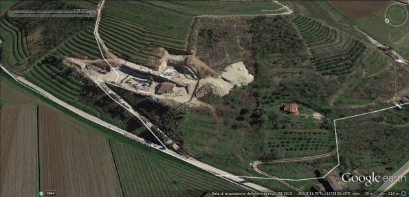 """Vò Euganeo, Via Monte Versa, il bosco è parzialmente """"sparito"""" (da Google Earth, 2015)"""