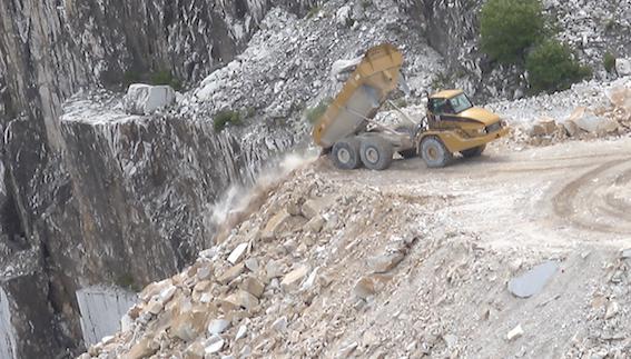 Alpi Apuane, Cava Vittoria, scarico detriti (luglio 2016)