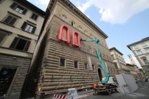 """Firenze, Palazzo Strozzi con i """"gommoni"""" di Ai Weiwei"""