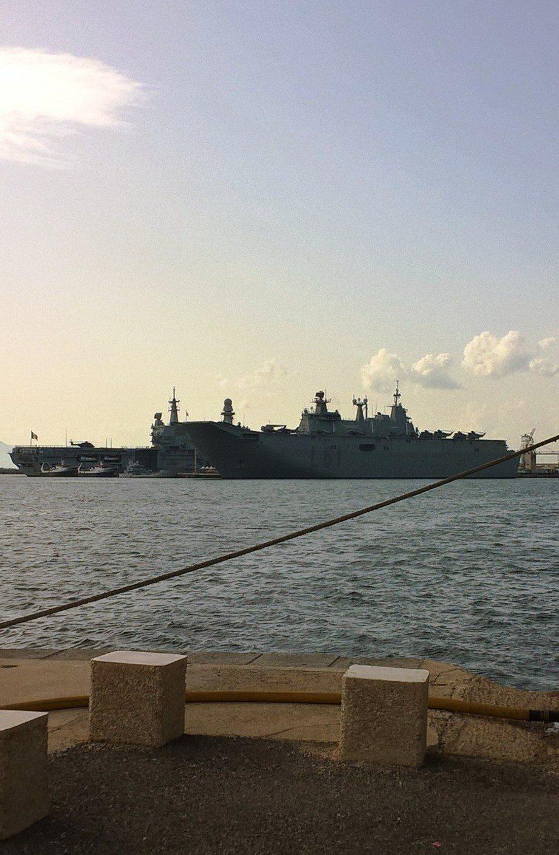 Cagliari, le portaerei Cavour e Juan Carlos I nel porto