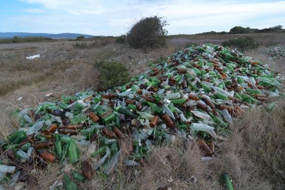 San Vero Milis, Salina Manna - Is Benas, discarica abusiva di bottiglie (foto La Nuova Sardegna)