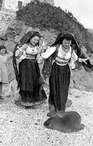 Dorgali, donne in costume e piccolo di Foca Monaca (anni '60 del secolo scorso)