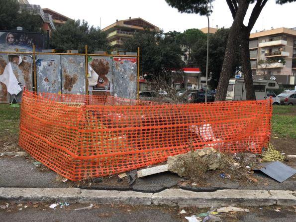 Roma, Piazzale Eugenio Morelli (Portuense), perenne recinzione da cantiere intorno a un ceppo di albero tagliato (gennaio 2017)