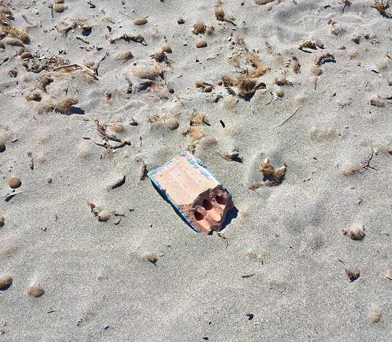 mattone nella sabbia
