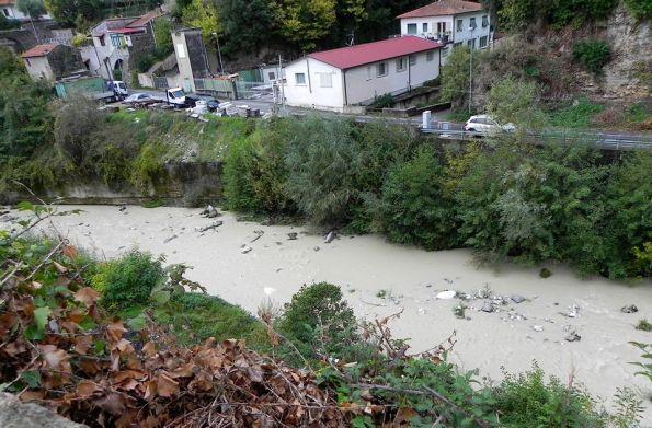 Massa. Borgo al Ponte, Fiume Frigido, inquinamento da marmettola (5 novembre 2017)