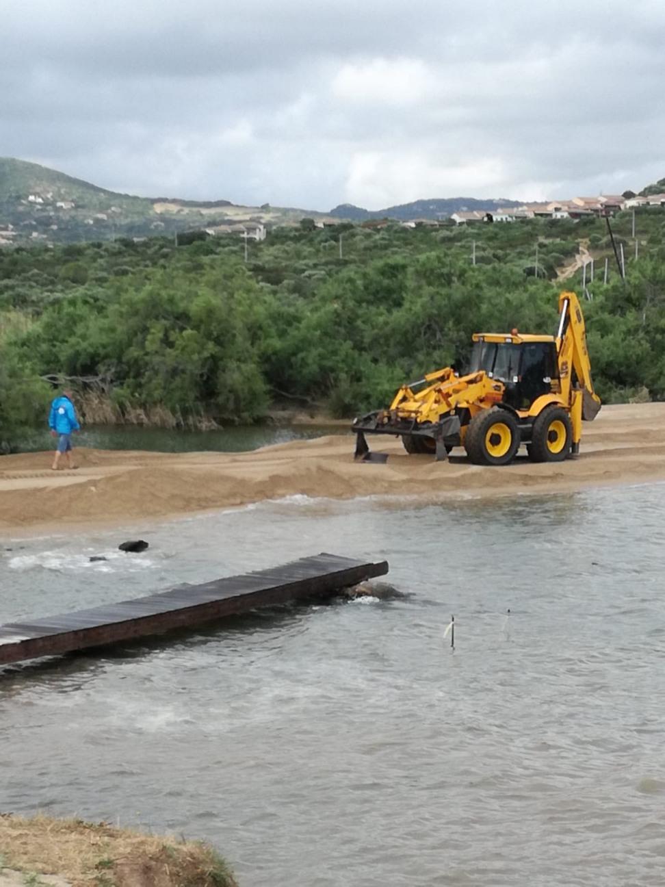 Palau, La Sciumara, ruspa in spiagga per chiudere la foce del Rio Surrau (23 giugno 2018)